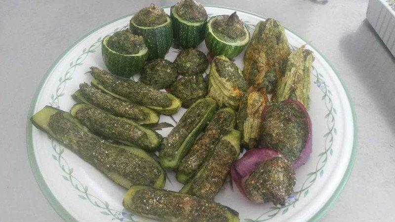 degli antipasti con zucchine e fiori di zucchine ripieni