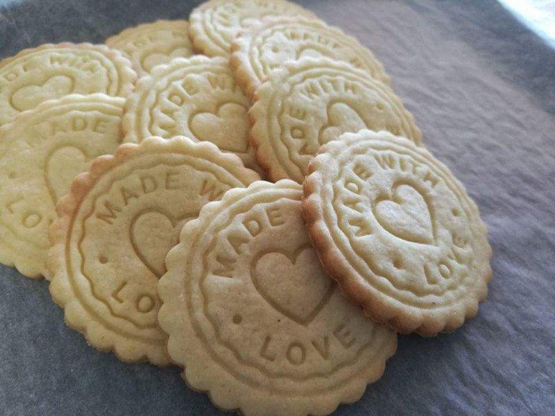 dei biscotti con scritto Made With Love