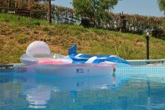 piscina con giochi gonfiabili