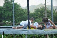 bambini  giocano sul trapezio