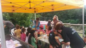 bambini a tavola all'aperto