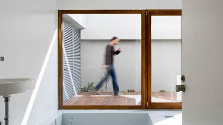 una finestra con vista di una terrazzina