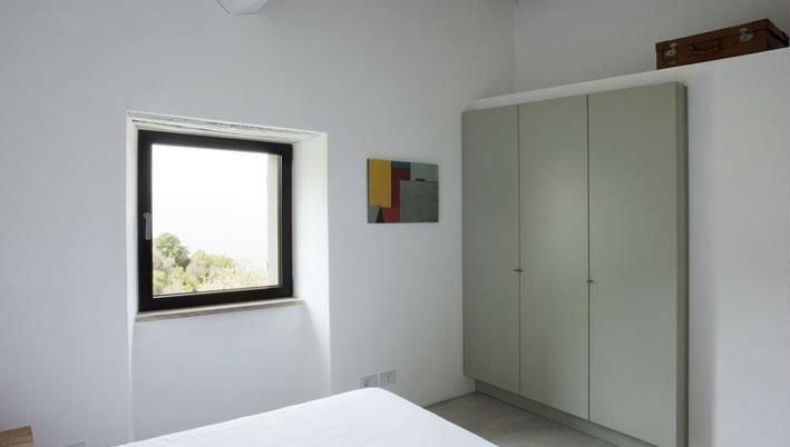una camera con una piccola finestra in PVC