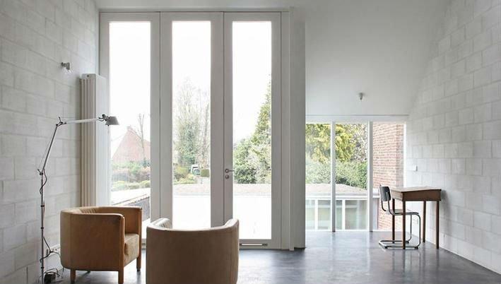 delle porte finestre alte di color bianco
