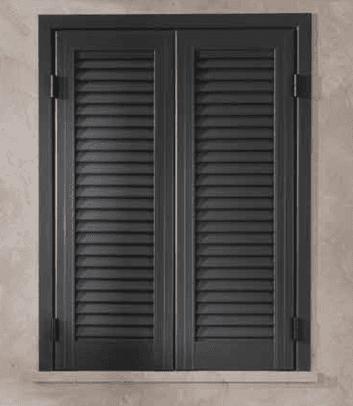 una persiana di color grigio