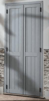 una persiana in legno di color grigio