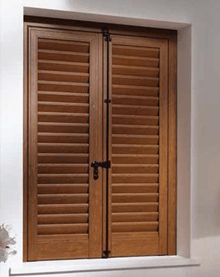 una persiana in legno chiaro
