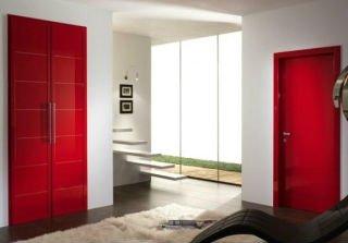 delle porte di color rosso