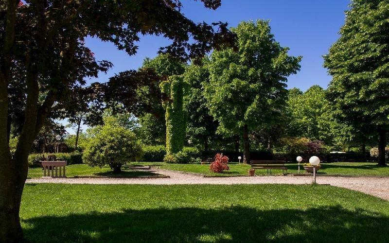 Spazio esterno vigevano ristorante la darsena - Giardini curati ...