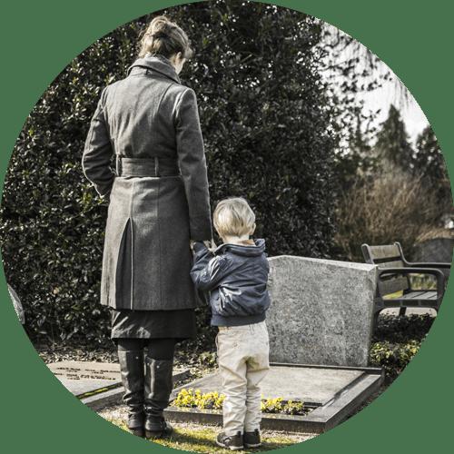 madre con bambino davanti a una tomba