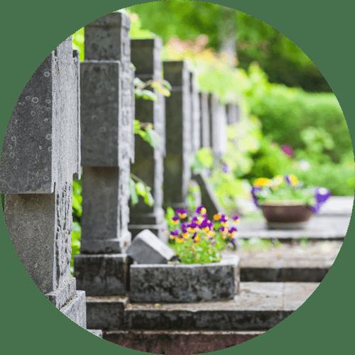 fila di tombe in un cimitero