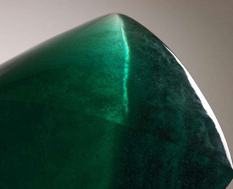 una realizzazione in vetro di Murano color verde smeraldo