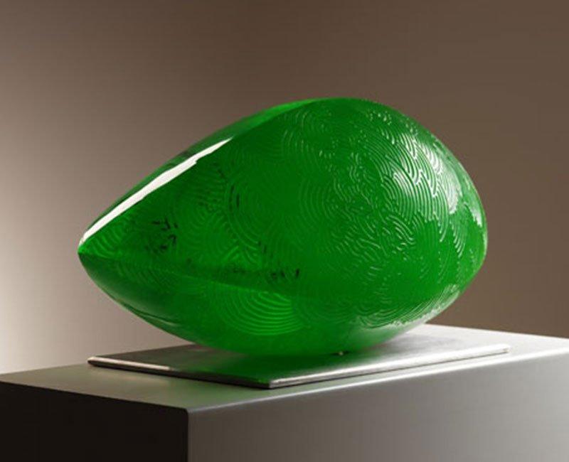 un oggetto in vetro di Murano a forma di diamante color verde