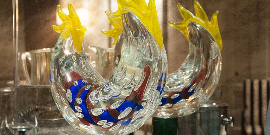due realizzazione a forma di pesce in vetro di Murano trasparente e di color blu,rosso e giallo