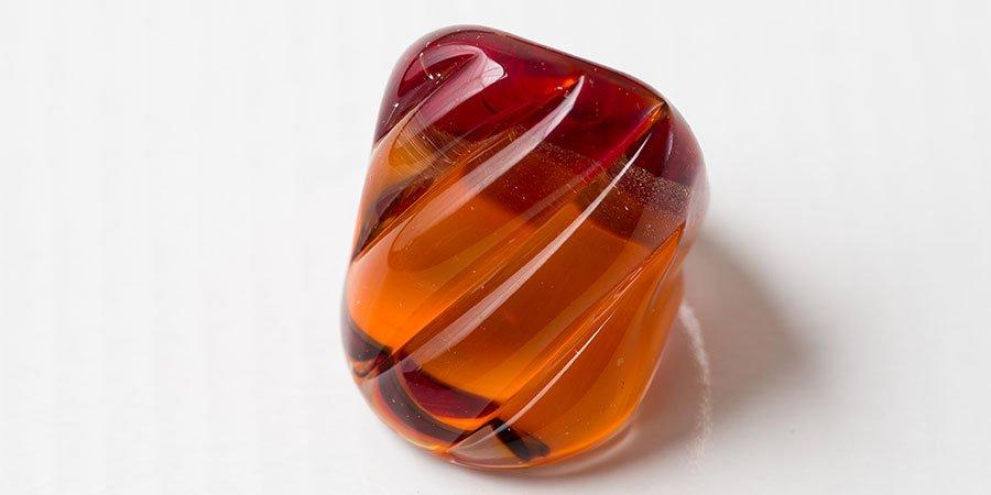 un oggetto color rosso e arancione in vetro di Murano