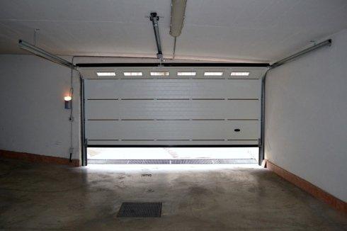 Porta garage sezionale vista dall