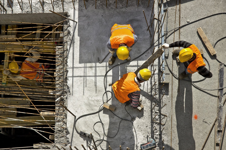 vista dall'alto operai al lavoro