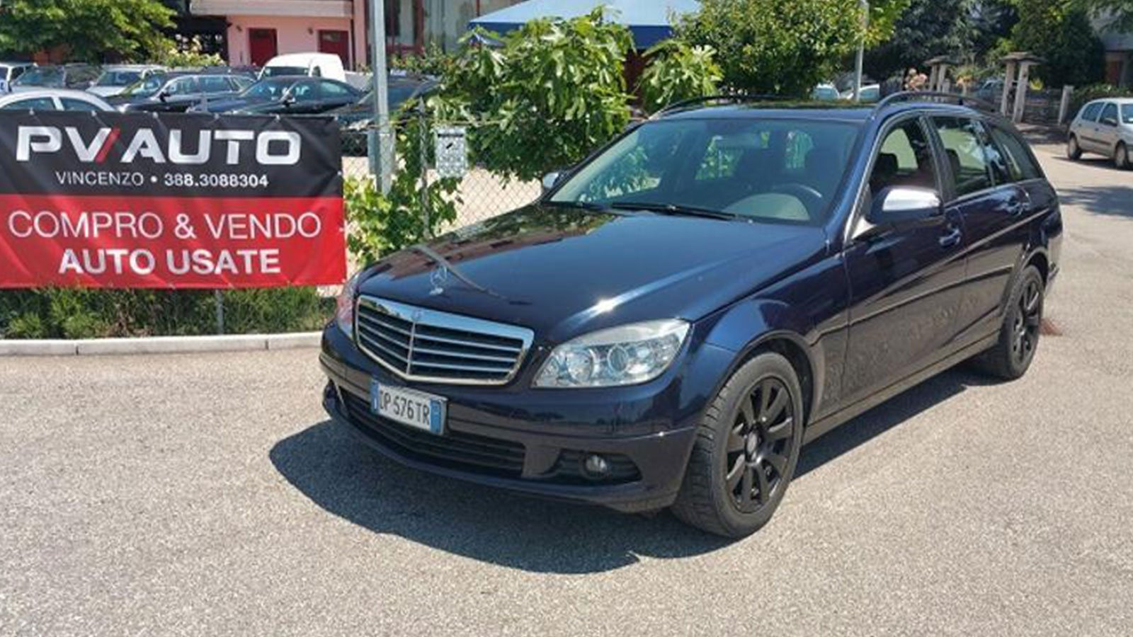 una Mercedes blu station wagon