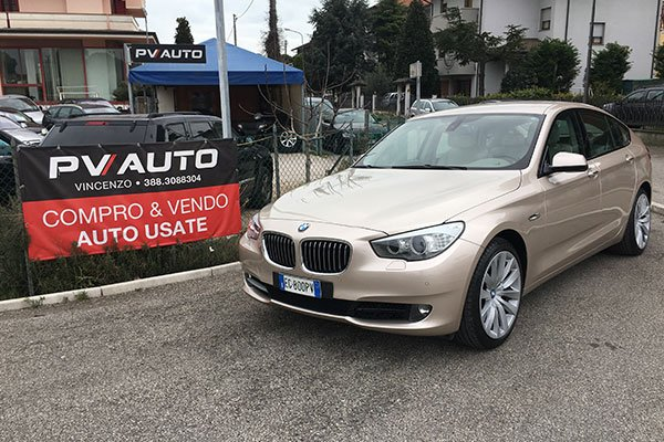 una BMW color beige chiaro