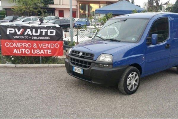 un furgone blu Fiat