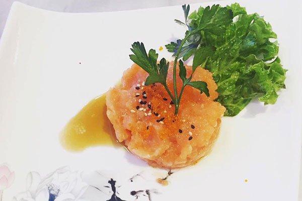 una tartare di salmone con della verdura verde