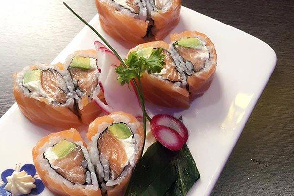 dei sushi a forma di cuore in un piatto