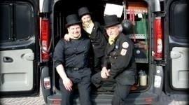 foto di gruppo spazzacamini sul furgone