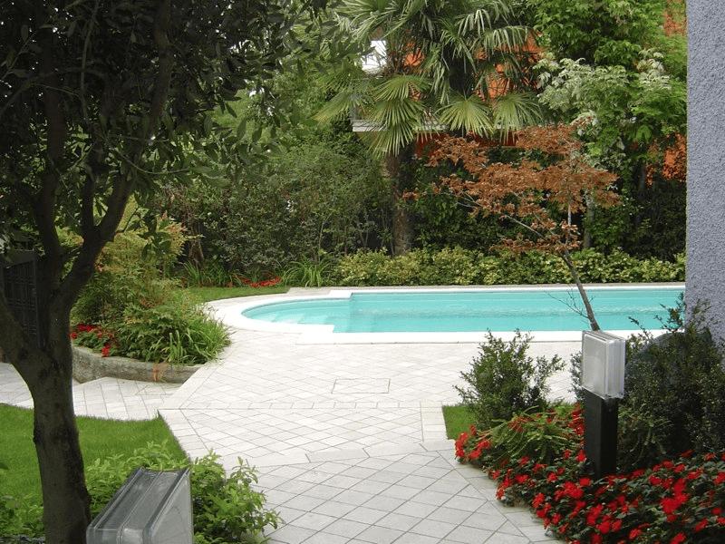 giardino con una piscina