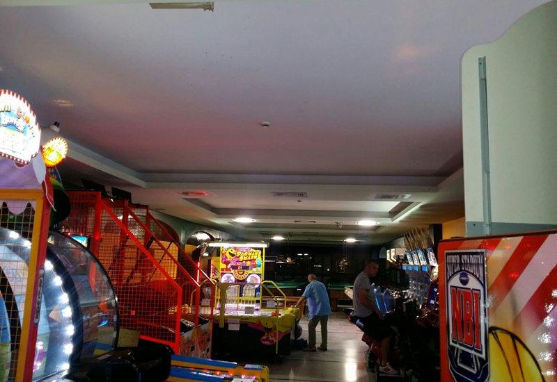 locale con luci sul soffitto in cartongesso