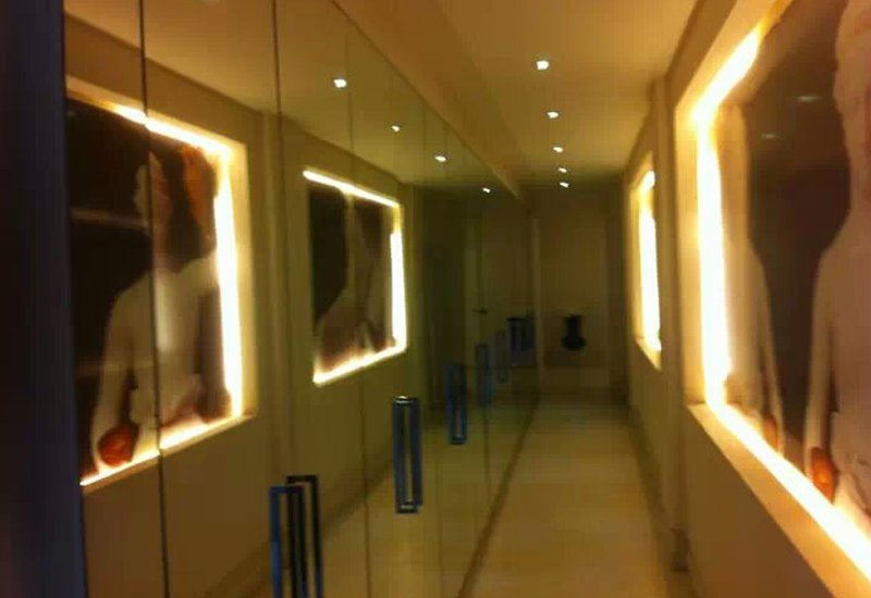 stanza con quadri illuminati