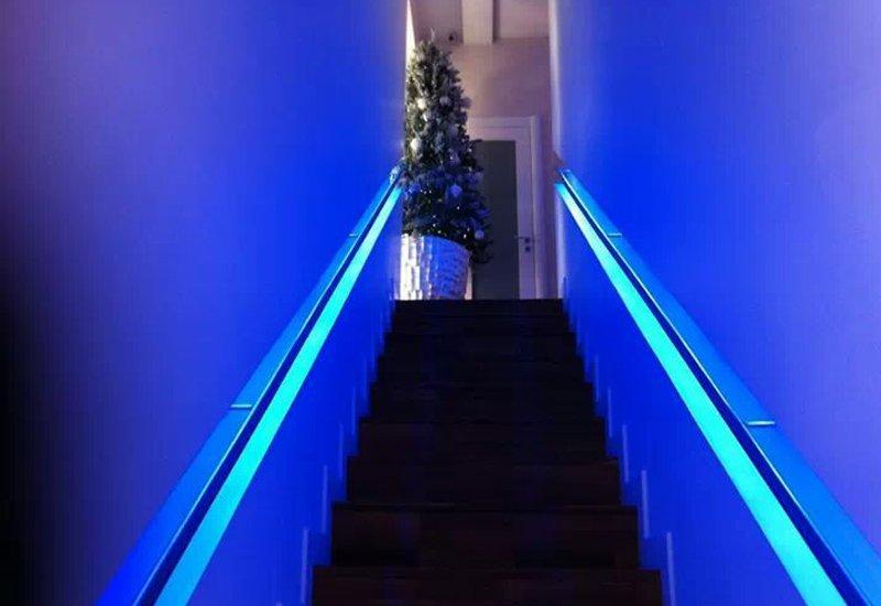 scalinata illuminata con led blu