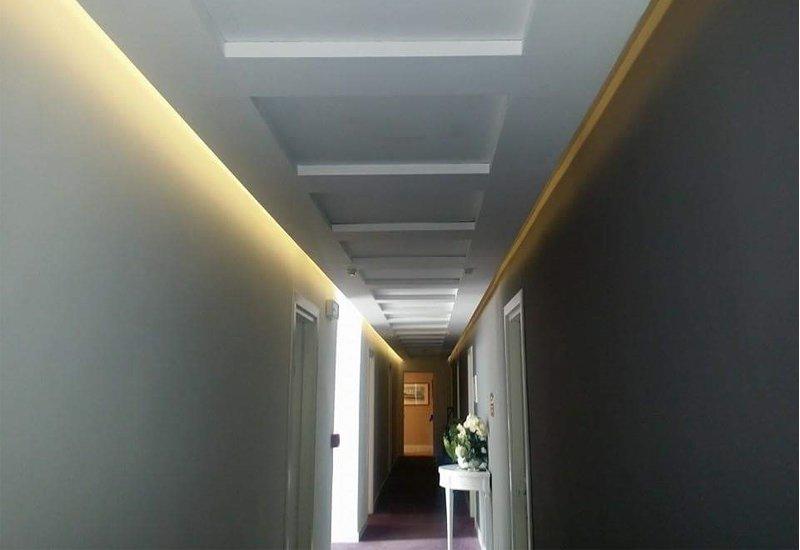 corridoio con pareti bianche