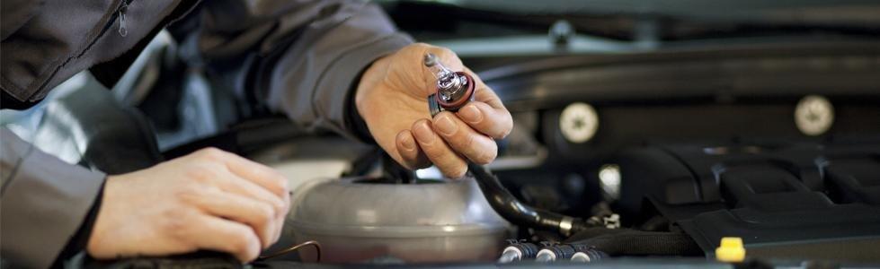 meccanico durante un controllo a un motore di un auto