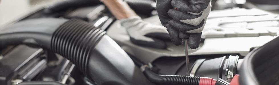 mani con guanti da lavoro mentre avvitano un bullone