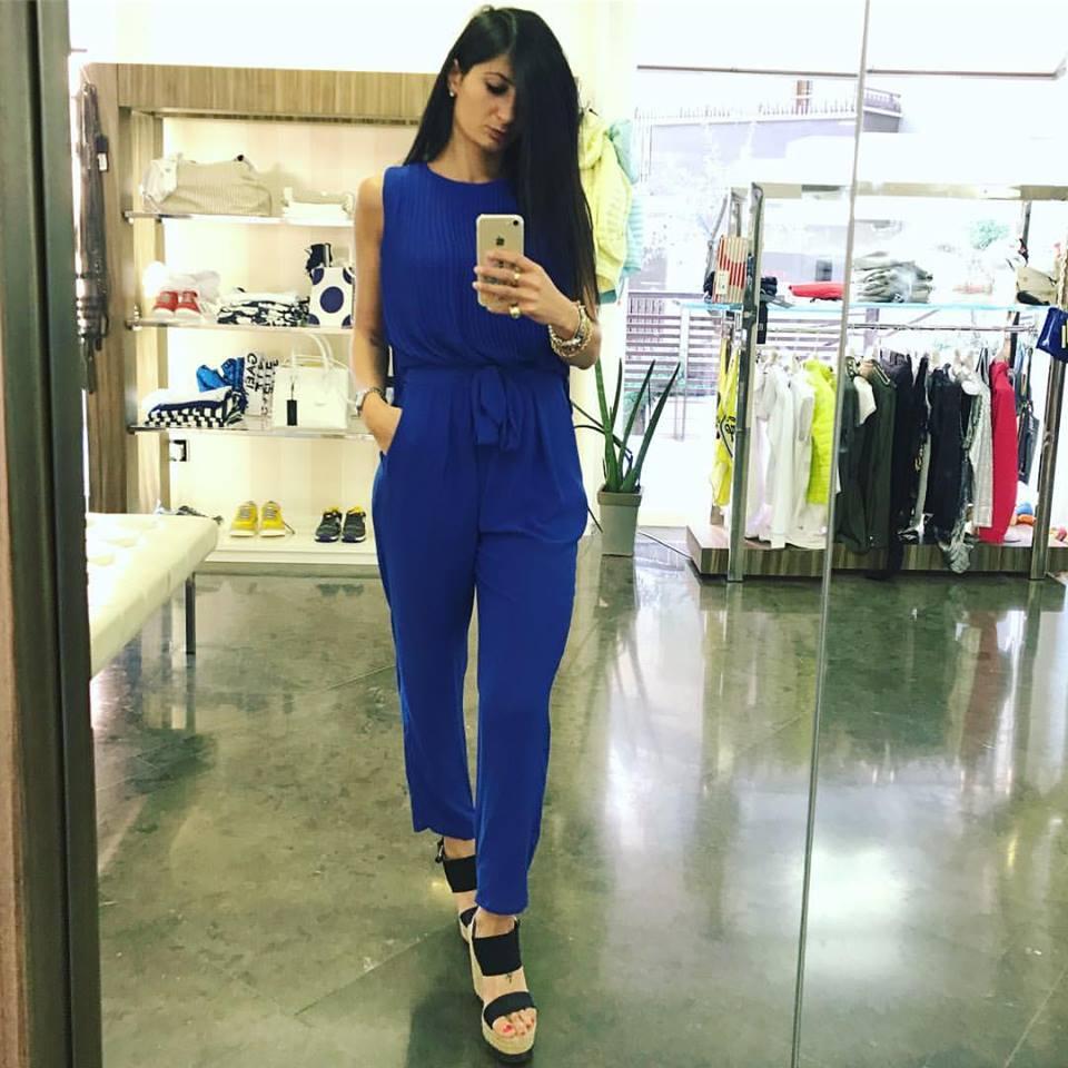 una modella con una tuta di color blu