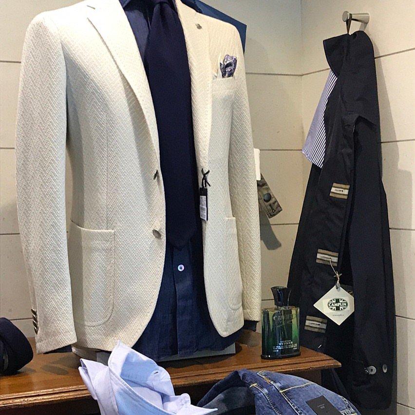 un manichino con una camicia e una giacca di color beige