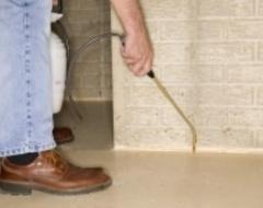 uomo mentre usa una piccola asta  sul bordo dei muri