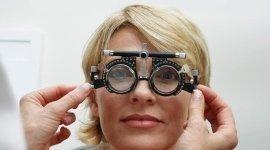 una donna durante una visita oculistica