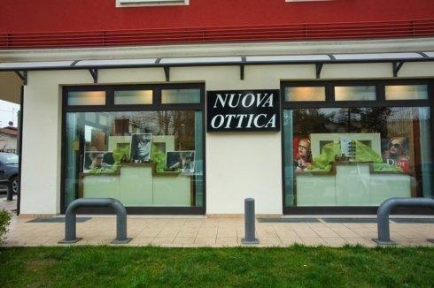 vista dall'esterno del negozio Nuova Ottica