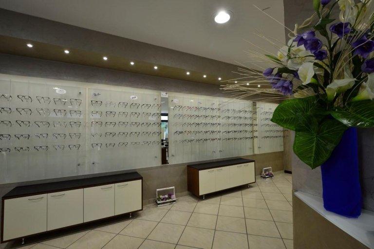 esposizione di occhiali da vista e un vaso di fiori