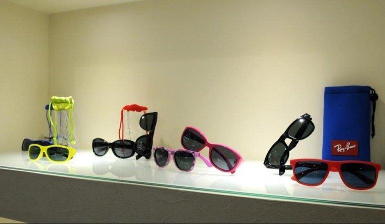 una mensola con degli occhiali da sole della marca Ray-Ban