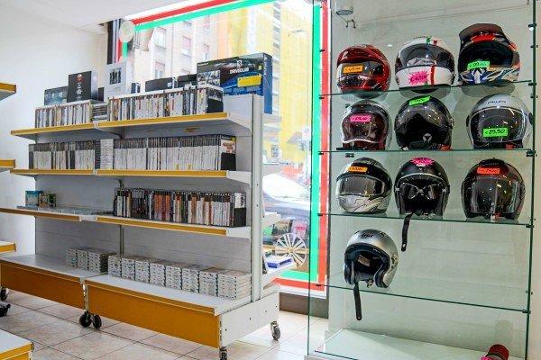 cashi usati in esposizione e scaffali con dvd e cd