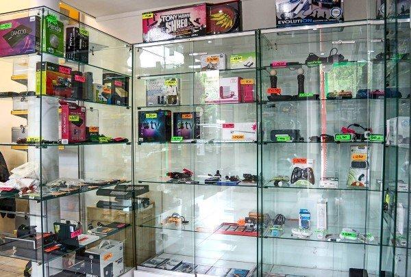 console per videogiochi e accessori in vetrina