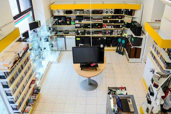 vista dall'alto del negozio con scaffali con vari articoli e una tv al centro