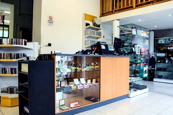 interno negozio con esposizione di articoli in vetrina e cassa