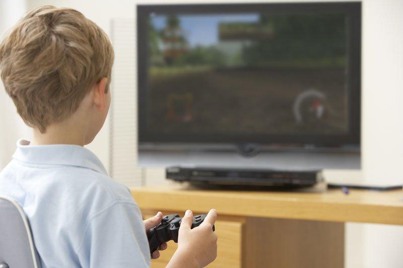 Bambino gioca alla console