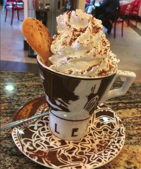 coppa di gelato con panna