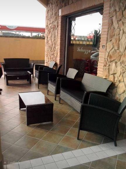 sedie e poltrone all'esterno di un bar