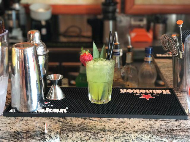 cocktail su un bancone da bar