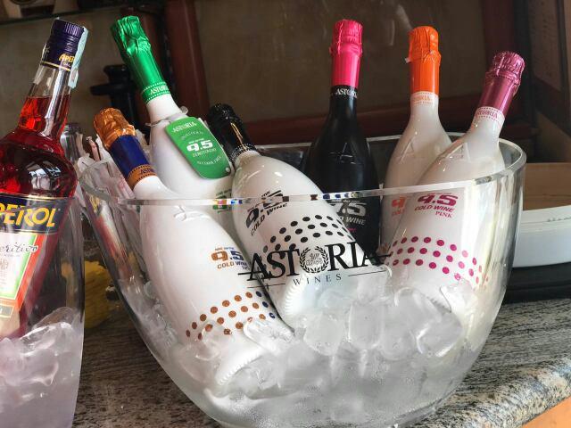 bottiglie di champagne in un secchio con ghiaccio